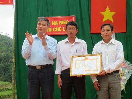 đồng chí Phạm Quang Hòa: Phó trưởng ban tuyên giáo huyện ủy  tặng giấy khen  cho bản